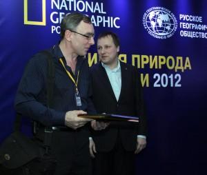 Владимир Аникеев получает мой диплом.